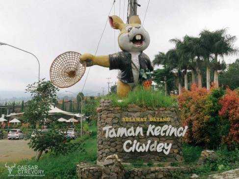 Patung kelinci besar di pintu masuk